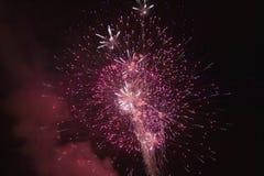 Quatrième de célébration de juillet avec des feux d'artifice éclatant, Jour de la Déclaration d'Indépendance, Ojai, la Californie Images stock
