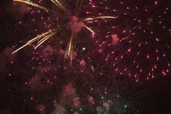 Quatrième de célébration de juillet avec des feux d'artifice éclatant, Jour de la Déclaration d'Indépendance, Ojai, la Californie Image libre de droits