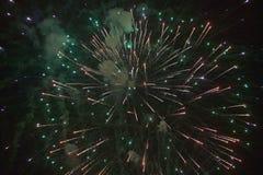Quatrième de célébration de juillet avec des feux d'artifice éclatant, Jour de la Déclaration d'Indépendance, Ojai, la Californie Photographie stock libre de droits