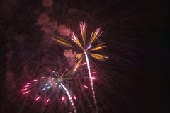 Quatrième de célébration de juillet avec des feux d'artifice éclatant, Jour de la Déclaration d'Indépendance, Ojai, la Californie Photo stock