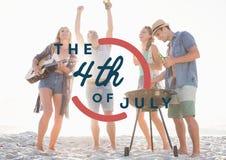 Quatrième de graphique de juillet contre des millennials à la partie de plage Photos stock