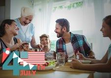 Quatrième de graphique de juillet avec des drapeaux et de crème glacée contre le dîner de famille Photos stock