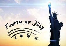 Quatrième de gris de graphique de juillet contre le ciel de soirée avec la statue de la liberté Images libres de droits