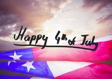 Quatrième de gris de graphique de juillet contre le ciel de soirée et le drapeau américain Photos libres de droits