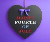 Quatrième de juillet, vacances des Etats-Unis Amérique, message de célébration sur le tableau noir de forme de coeur Photo libre de droits