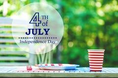 Quatrième de l'arrangement de table de partie de juillet dehors Photographie stock