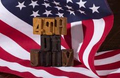 Quatrième de signe de juillet et du drapeau américain Image stock