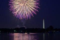 Quatrième des feux d'artifice de juillet sur le bassin de marée de parc national, avec Washington Monument à Washington, District images libres de droits