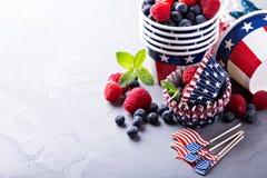 Quatrième des tasses de juillet et des revêtements de petit gâteau Photos libres de droits