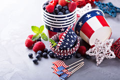 Quatrième des tasses de juillet et des revêtements de petit gâteau Photos stock