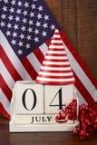 Quatrième du calendrier en bois de vintage de juillet avec le fond de drapeau Images libres de droits
