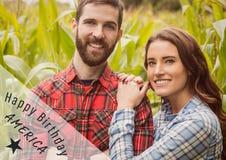 Quatrième gris et blanc de graphique de juillet contre des couples dans le champ de maïs Photo stock