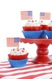 Quatrième heureux des petits gâteaux de juillet sur le support rouge Images libres de droits