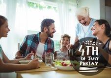Quatrième noir et blanc de graphique de partie de juillet contre la famille mangeant à la table Photos libres de droits
