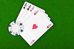 Quatro ás e microplaquetas de póquer Imagem de Stock