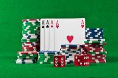 Quatro ás e microplaquetas de póquer Imagens de Stock