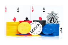 Quatro ás, microplaquetas de póquer e teclas do negociante Foto de Stock Royalty Free