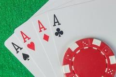 Quatro áss e pilhas das microplaquetas de pôquer Imagem de Stock Royalty Free