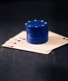 Quatro áss e pilhas de microplaquetas de pôquer Imagens de Stock