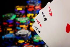 Quatro áss e pilhas de microplaquetas do casino imagens de stock royalty free