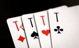 Quatro áss no fundo preto, cartões de jogo Fotos de Stock