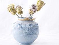 Rosas em um vaso azul Fotografia de Stock Royalty Free