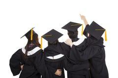 Alunos diplomados que apontam e que olham acima Fotografia de Stock Royalty Free