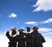 Alunos diplomados que olham o céu foto de stock