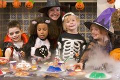 Quatro amigos novos e uma mulher em Halloween Imagem de Stock