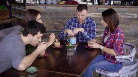 Quatro amigos que bebem o café junto filme