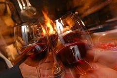 Quatro amigos que cheering, vinho bebendo em um restaurante Fotos de Stock