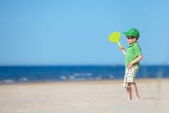 Quatro anos bonitos do menino idoso que joga na praia tropical Imagens de Stock
