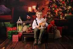 Quatro anos felizes do menino idoso com decoração do Natal imagens de stock