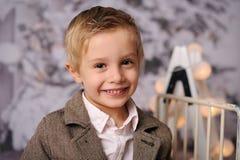 Quatro anos felizes do menino idoso com decoração do Natal imagem de stock royalty free