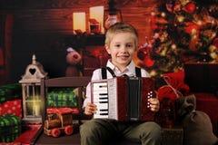 Quatro anos felizes do menino idoso com decoração do Natal imagem de stock