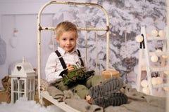 Quatro anos felizes do menino idoso com decoração do Natal foto de stock