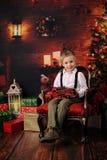 Quatro anos felizes do menino idoso com decoração do Natal foto de stock royalty free