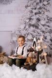 Quatro anos felizes do menino idoso com decoração do Natal fotografia de stock