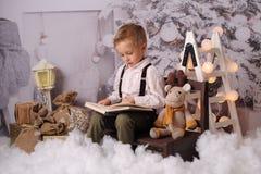 Quatro anos felizes do menino idoso com decoração do Natal fotos de stock