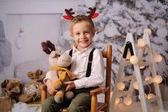 Quatro anos felizes do menino idoso com decoração do Natal fotografia de stock royalty free