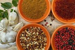 Quatro bacias com açafrão, pimenta, hanout do en dos ras, hortelã fresca e Imagem de Stock
