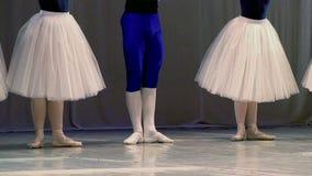 Quatro bailarinas e dançarino de bailado video estoque