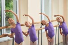 Quatro bailarinas novas no salão do bailado fotos de stock