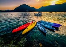 quatro barcos coloridos na água Foto de Stock