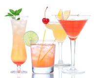 Quatro bebidas do cocktail amarelam a cereja do margarita e Martin tropical Imagem de Stock