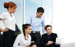 Quatro businesspersons novos estão trabalhando junto fotografia de stock royalty free