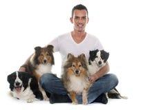 Quatro cães bonitos e homem imagem de stock royalty free