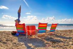 Quatro cadeiras de praia coloridas em San Diego, Califórnia fotos de stock royalty free