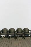 Quatro cadeiras tecidas vazias imagem de stock royalty free