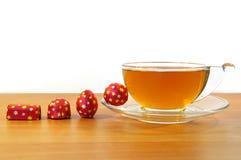 Quatro candys e um copo do chá Foto de Stock Royalty Free